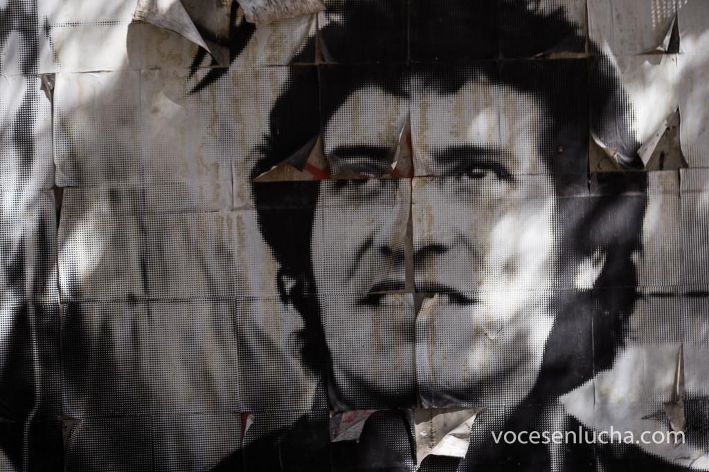 Mural de Víctor Jara en papel pegado sobre una pared de Santiago de Chile. ENLACE A CHILE