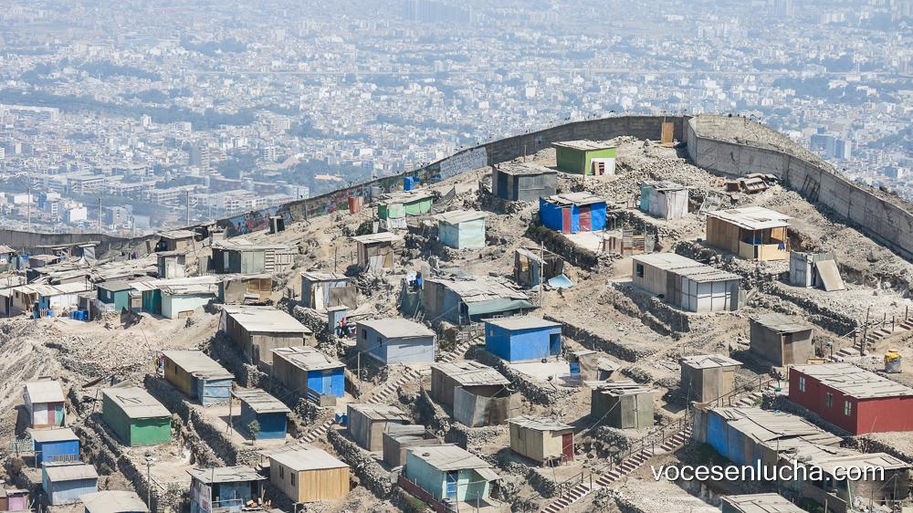 Cerros de Pamplona Alta, Lima. Muro de la desigualdad. ENLACE A PERÚ