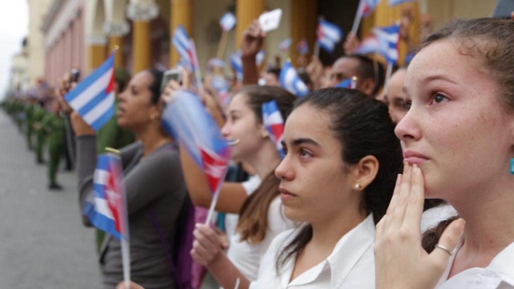 Jóvenes cubanas en Santa Clara, Cuba, esperando la Caravana de la Libertad con los restos de Fidel Castro. ENLACE A CUBA